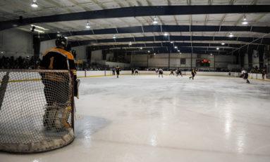 Hockey splits weekend games 1-1 with Ole Miss